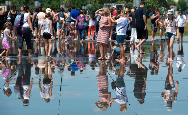 Ihmiset kerääntyivät Bordeauxissa vesilähteelle vilvoittelemaan viime vuoden heinäkuun helteiden aikaan.