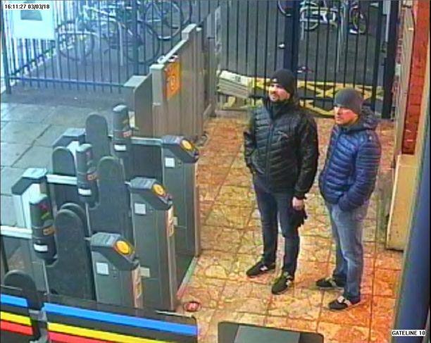 Syytetyt Aleksandr Petrov ja Ruslan Boshirov Salisburyn asemalla maaliskuun 3. päivänä. Molemmat matkustivat Britanniaan aidoilla venäläispasseilla, mutta nimet ovat keksittyjä.