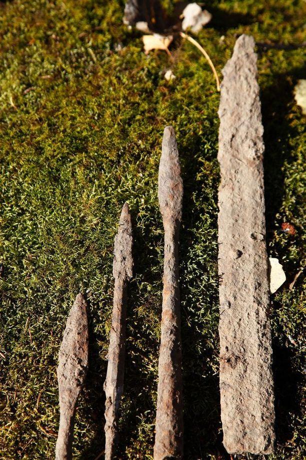 Vanhasta satamasta tehtyjä aselöytöjä. Aseet ovat 400-600-luvuilta.
