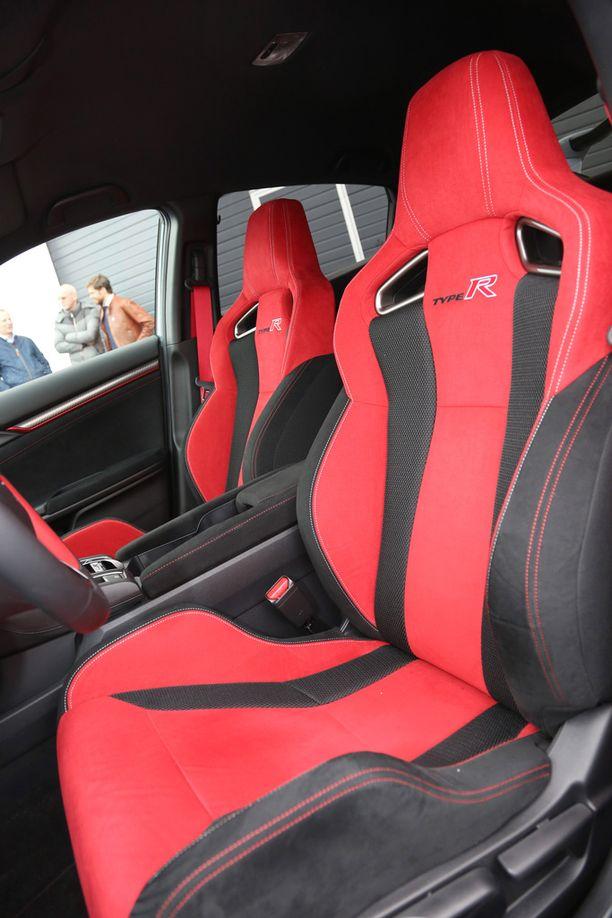 Näin kevyitä istuimia Type R -malleissa ei ole ennen ollut. Pilotti-istuimet antavat hyvän sivuttaistuen.