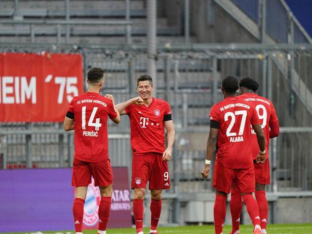 Bayern München kohtaa tänään tiistaina Robert Lewandowskin (kesk.) johdolla Dortmundin vieraissa.