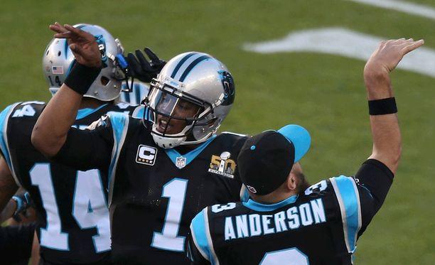 Cam Newton (kesk.) juhli Panthersin touchdownia.