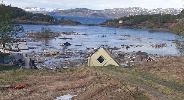 Kahdeksan asuinra hautautui mereen Kråknäsissä Pohjois-Norjassa keskiviikkona.