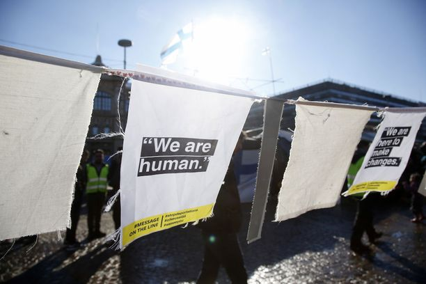 Turvapaikanhakijoiden mielenosoitusalueelle on ripustettu miete- ja iskulauseita.