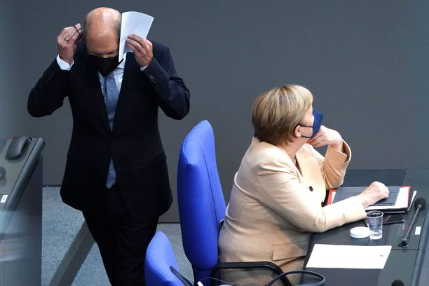 Demarien Olaf Scholz (vas.) on mielipidemittauksissa muita ehdokkaita vahvemmalla. Oikealla väistyvä liittokansleri Angela Merkel. Kuva otettu Saksan parlamentissa Bundestagissa 7. syyskuuta.