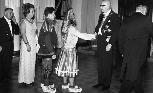 Vuosi 1968. Presidentti Kekkonen kättelee linnaan saapuvia juhlavieraita.