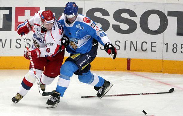 Antti Pihlström taisteli ilman mailaa Sergei Fedorovia vastaan.