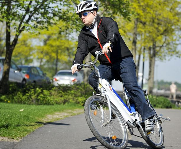 Sähköavusteisella polkupyörällä on helppo saavuttaa yli 20 kilometrin keskituntinopeus huonoissakin oloissa. Frisbee sopii urheilullisen polkijan kaveriksi.