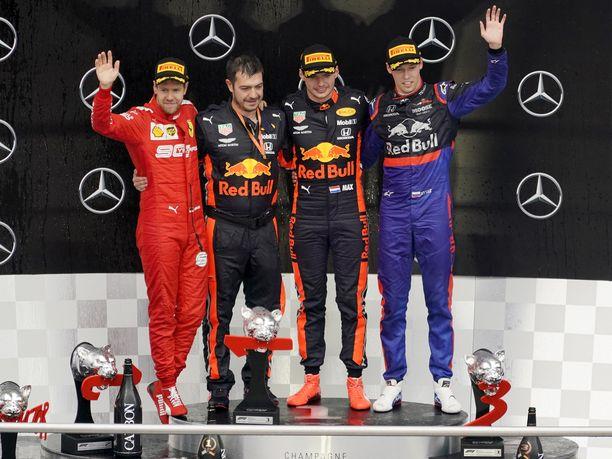 Saksan GP:n kärkikolmikko oli todella yllättävä. Sebastian Vettel (vasemmalla) oli toinen, Max Verstappen (2. oikealta) ykkönen ja Daniil Kvjat (oikealla) kolmas.