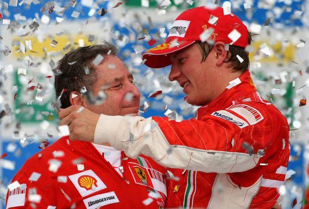 Jean Todt ja Kimi Räikkönen juhlivat maailmanmestaruutta.