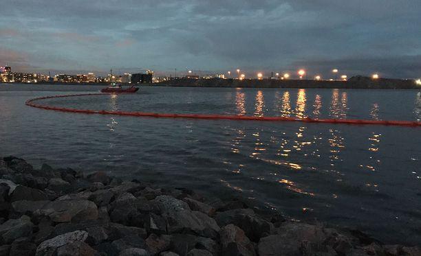 Lauttasaaressa öljyntorjuntaoperaatio.
