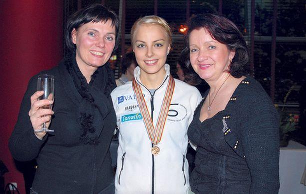 Brita-äiti, Kiira ja valmentaja Maaret Siromaa skoolasivat lauantai-iltana.