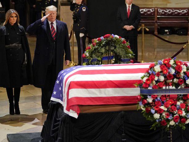 Donald Trump ja Melania Trump tekivät maanantai-iltana pikavierailun Yhdysvaltain kongressirakennukseen tuodun ex-presidentti George H. W. Bushin arkun luona.