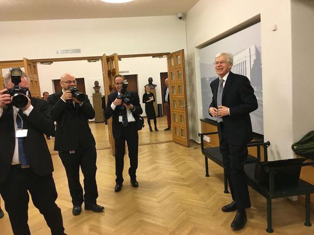 Bengt Holmström joutui kameroiden tulitukseen eduskunnassa.