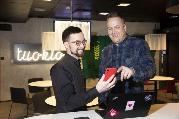 Tuotekehitysjohtaja Ville Partanen ja projektipäällikkö Pasi Nieminen seuraavat, miten 5G-verkko rakentuu.