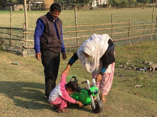 Shahabuddin Ahmed vaimonsa Salman ja nyt noin kolmivuotiaan Jonait-pojan kanssa. He eivät halua luopua pojasta, vaikka se ei olekaan oma.