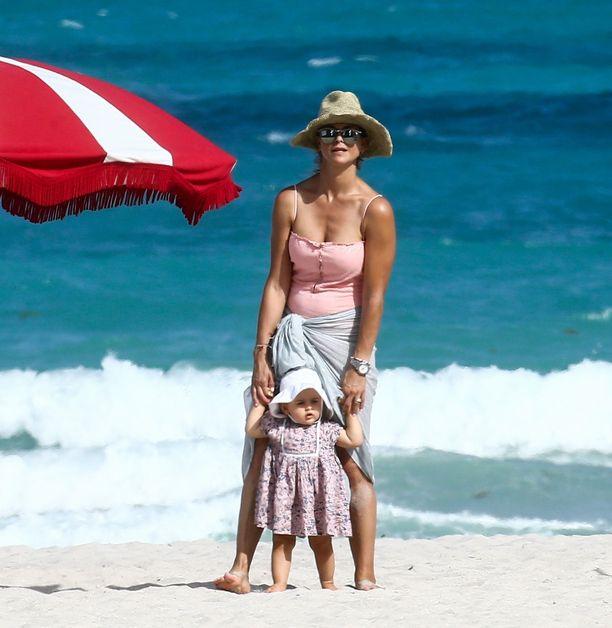 Kuninkaallista rantatyyliä. Äitinsä tukemana taapertava Adrienne täytti vuoden viime lauantaina.