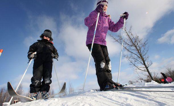 Vähälumiset talvet uhkaavat suomalaisten kansalaistaitoa.
