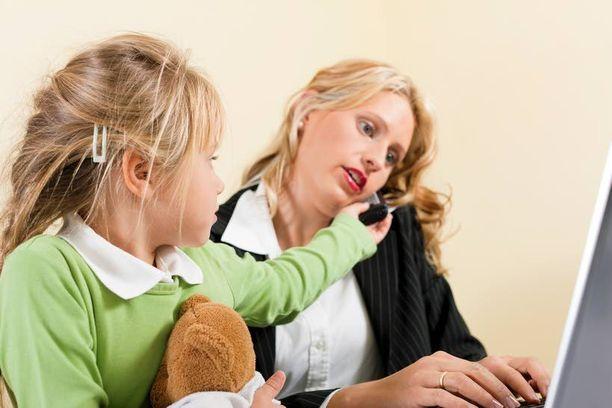 Naisjohtajilta ja miesjohtajilta odotetaan erilaisia asioita perheen hoitamisessa.