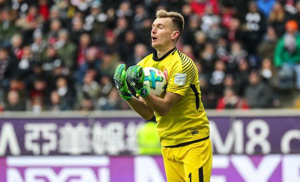 Lukas Hradecky torjuu palloja myös Iltalehden suorassa lähetyksessä.