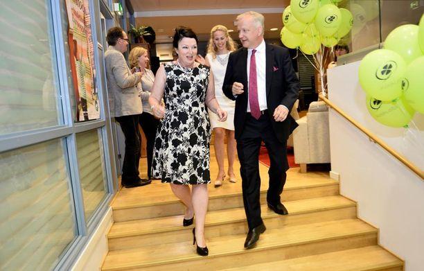 Rehnin pariskunta keskustan eurovaalivalvojaisissa toukokuussa 2014. Rehn jätti paikkansa europarlamentaarikkona vuotta myöhemmin. Ensi helmikuussa Rehn siirtyy Suomen Pankkiin.