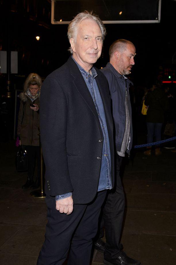 Alan Rickman kuvattiin Lontoossa 7. joulukuuta Hangmen-näytelmän tilaisuudessa.