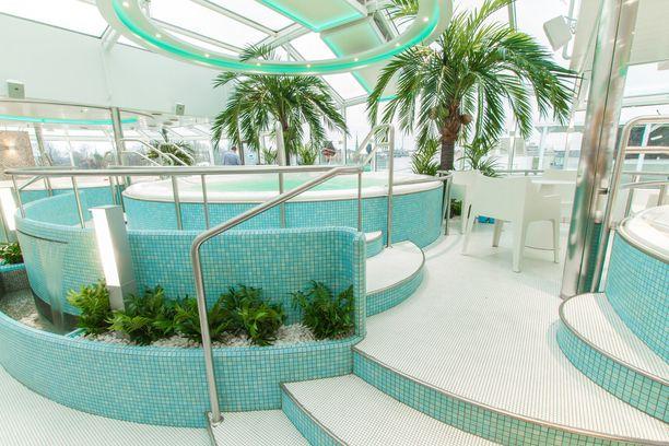 Silja Serenaden kylpyläosaston altaita.