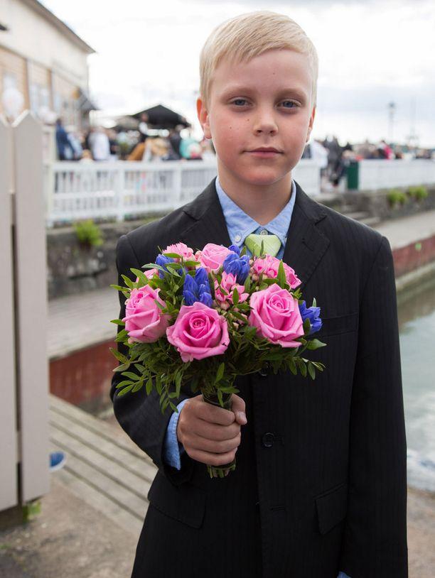 Yhdeksänvuotias Onni toivotti presidenttiparin tervetulleeksi Naantaliin.
