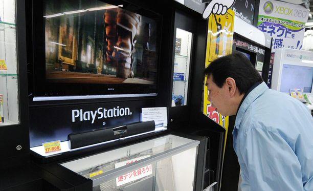 Japanilainen mies tutustui pelikonsoliin Tokiossa.