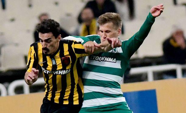 Ateenan paikalliskamppailut ovat tulisia. Robin Lod taistelee pallosta ottelussa AEK:ta vastaan.