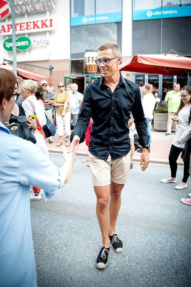 Alexander Stubb sai viime vuonna pääministerinä ollessaan negatiivista palautetta esiintyessään julkisuudessa lyhyissä shortseissa.