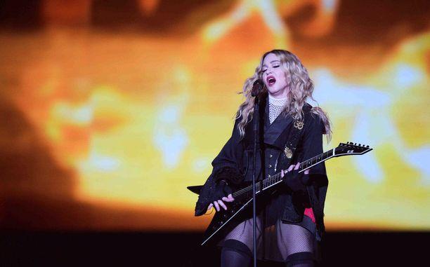 Madonnan konsertit ovat hyvin fyysisiä. Laulaja pitää huolta kehostaan treenaamalla aktiivisesti.