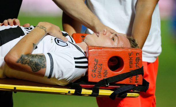 Ondrej Duda koki kovia eilisessä Eurooppa-liigan karsintapelissä.