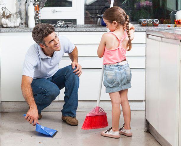 Tutkimuksen mukaan tytöt, joiden isä osallistuu kotitöihin, hakeutuvat haastavammille urille.