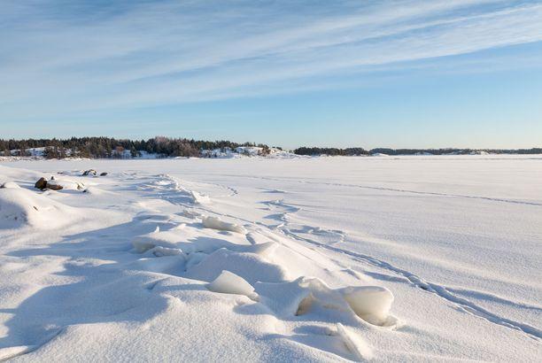 Merivartiosto ilmaisi huolensa siitä, että ihmiset ajavat autoilla jäällä Kaarinan edustalla. Kuvituskuva.