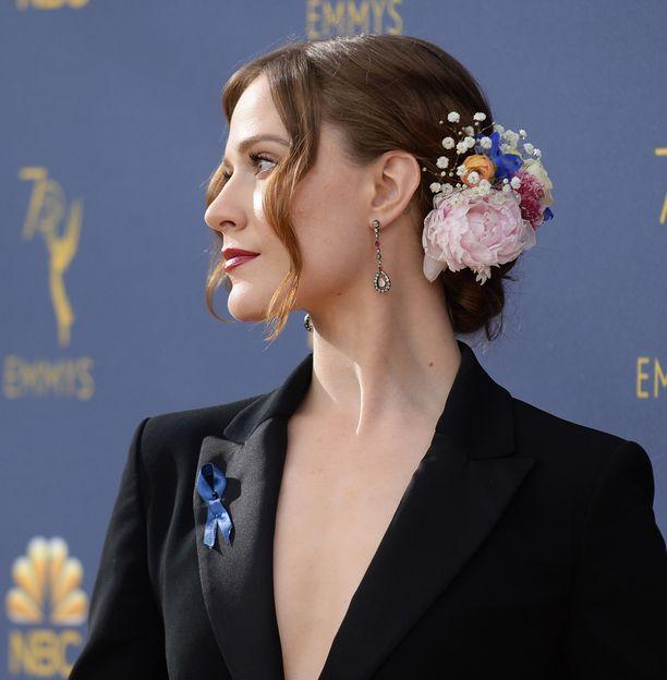 Evan Rachel Woodin look lukeutui illan kauneimpiin. Miesten muodista mallia ottanut iltapuku sai parikseen naisellisen, suorastaan runollisen lookin. Erityisesti ihastelemme hiusten kukkakoristetta - sellainen toimii myös tummassa syksyn juhlatyylissä.