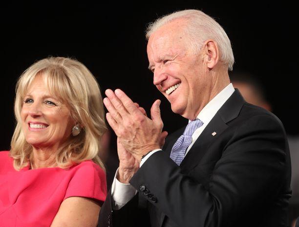 Demokraattien Joe Bidenin, 76, arvioidaan lähtevän mukaan presidenttikisaan. Vierellä vaimo, tohtori Jill Biden, 67.