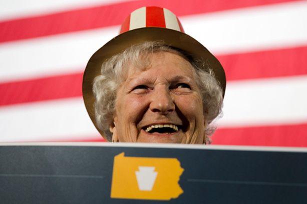 Alice Bortner odotti hymyillen vaalituloksia.