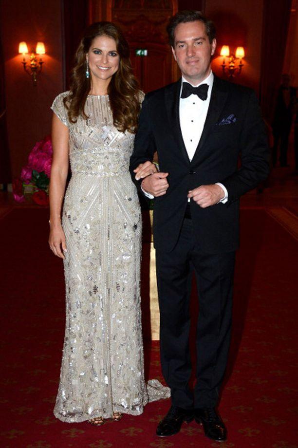 ...ja tältä näyttää prinsessa Madeleine samaisessa mekossa. Prinsessa hehkui puvussa harjoitushääpäivällisillään kesällä 2013.