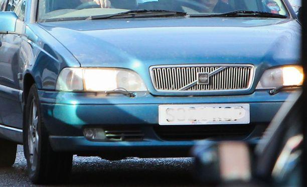 Entinen avomies täräytti Volvollaan naisen omakotitalon seinään. Auto oli kuvan auton kaltainen 18 vuotta vanha farmari-Volvo.