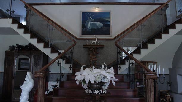 Kartanon sisääntuloaula on pramea. Keskikerrokseen johtavien portaiden kaiteet ovat Palosaaren mukaan liettualaista käsityötä.