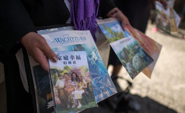 Jehovan todistajat on uskonnollinen liike, joka julkaisee lehtiä Vartiotorni ja Herätkää! Kuva lehtien saksankielisistä versioista.