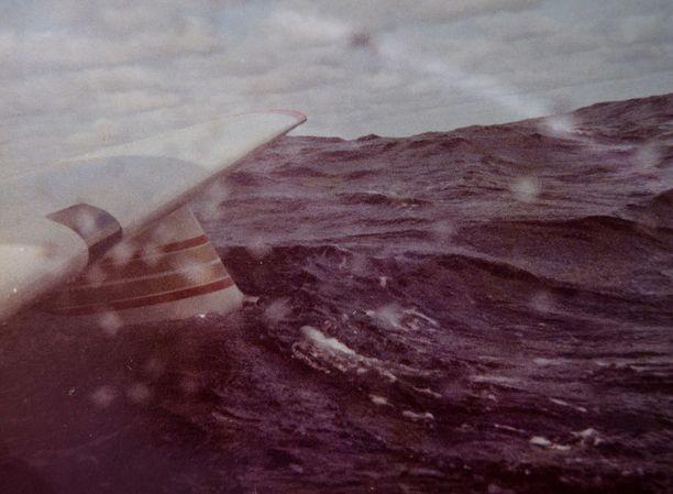 Tehtyään pakkolaskun Atlanttiin pilotti söi eväät - ja nappasi valokuvan, kun aallokko oli rauhoittunut.