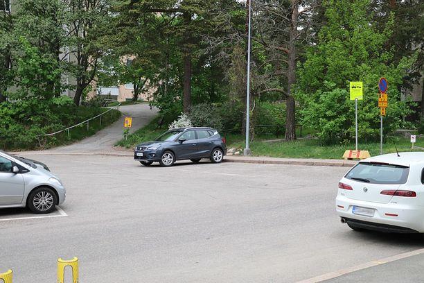 """Katuun maalatut pystyruudut ovat tähän saakka määrittäneet pysäköintisuunnan Ulvilantien pysäköintialueella. Nyt tilanne muuttuu, mutta jo annetut pysäköintivirhemaksut """"käsitellään uudelleen""""."""