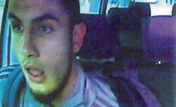 Epäilty tekijä oli 22-vuotias Tanskassa syntynyt ja kasvanut mies, joka oli poliisin tuttu rikollisista jengipiireistä.