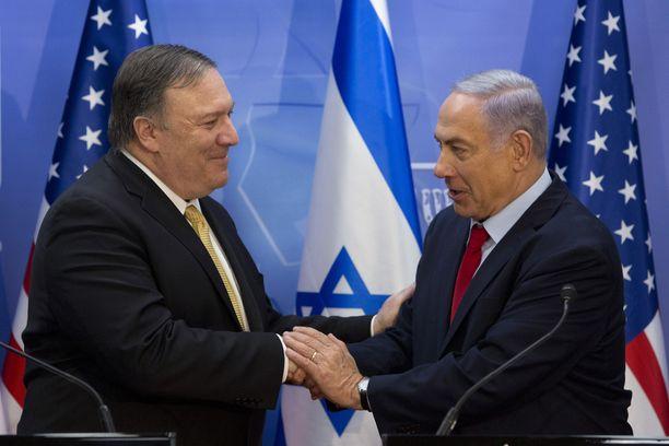 Mike Pompeo ja Benjamin Netanjahu tapasivat Israelissa lämpimissä merkeissä.
