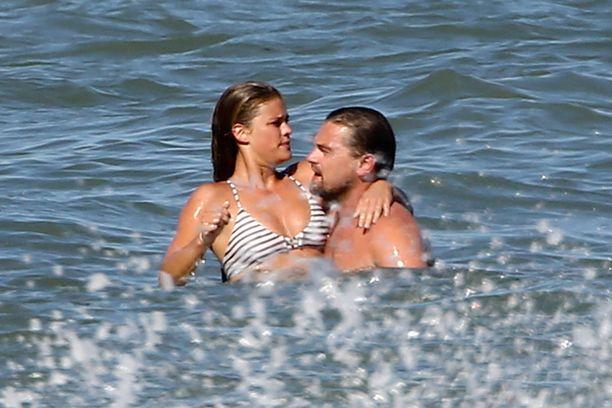 Nina pääsi Leon käsivarsille meressä.