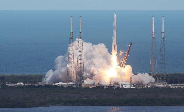 Perhe oli ollut katsomassa SpaceX:n Falcon 9 -raketin laukaisua. Raketti kuljetti tarvikkeita kansainväliselle avaruusasemalle.