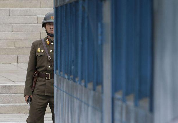 Pohjoiskorealainen sotlias vartiossa Panmunjomissa. Arkistokuva.