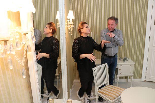 Paremmin artistinimellään Sanina tunnettu Saija Aartela ja Kristian Laiho aloittivat Villilän kartanon emäntänä ja pehtoorina sulassa sovussa. Yhtiökumppanuus äityi rujoksi riidaksi alle vuodessa.